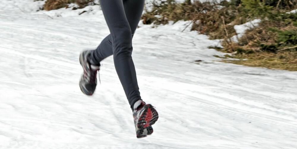 INTENSITET: Når det er som kaldest, kan en lett joggetur være greit. Men hardtreningen bør du gjøre innendørs, spesielt hvis du har hjerte- eller lungeproblemer.