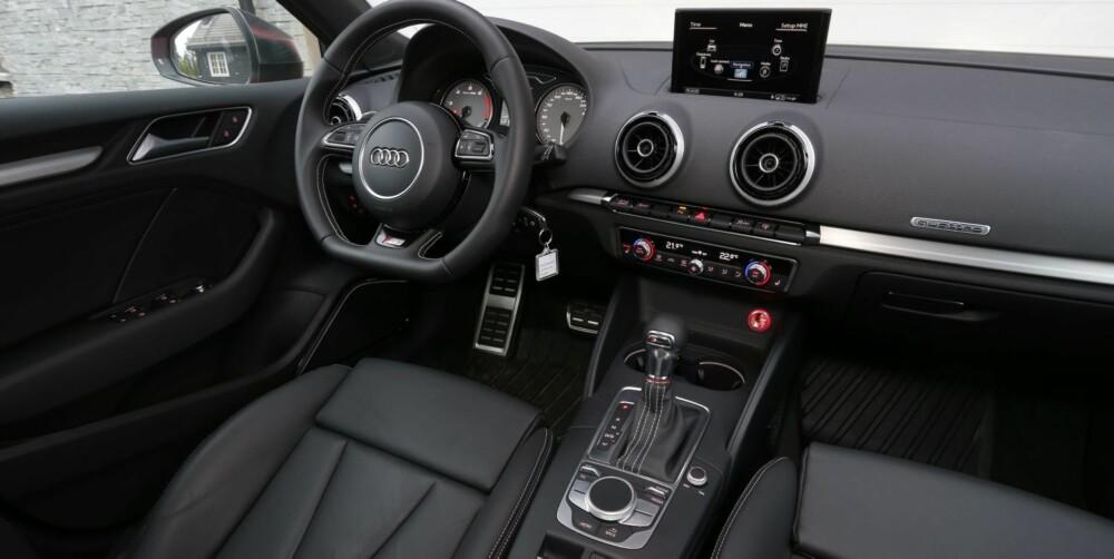 MØRKETS FYRSTE: Audi S3 er mørkere, strengere og hakket mer sportslig orientert enn i BMW-en. Stramt og tysk er stikkord for stilen. FOTO: Terje Bjørnsen