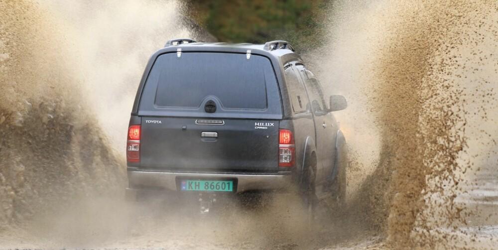 PÅ GRUNT VANN: Et par sølepytter er ikke noe å bekymre seg for i Toyota Hilux.
