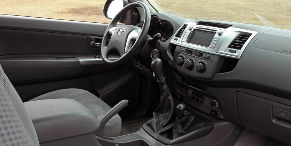 TYPISK: Innvendig har Toyota Hilux kjente designelementer fra andre Toyotamodeller, men de er ikke hentet fra de siste årsmodellene.