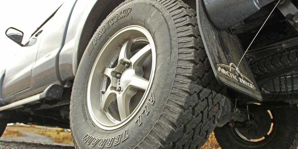 GROVT: Dekkene gir gode egenskaper på dårlig underlag, men gjør ikke Toyota Hilux noen tjeneste når det kommer til støyutvikling.