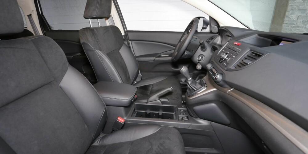 TOPPVERSJON: Lifestyle er høyeste utstyrsnivå for Honda CR-V 1,6 i-DTEC. Da får du blant annet seter i skinn og alcantara. Støtten under lårene kunne vært noe bedre.