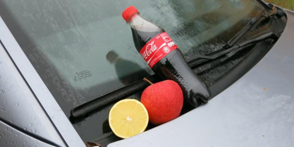 GJØR RENT: At sitron fungerer utmerket til vask av vinduer er en kjent sak. Men at eple og cola også kan brukes, er nok nytt for mange. FOTO: Martin Jansen