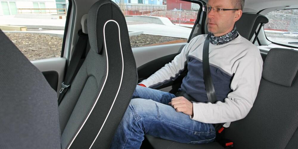 KORT, MEN HØY: Renault Zoe er bare drøyt 4 meter lang, men 156 cm høy. Batteripakken ligger flatt i bunnen, og innvendig er plassforholdene gode i forhold til bilens beskjedne ytre mål. FOTO: Petter Handeland