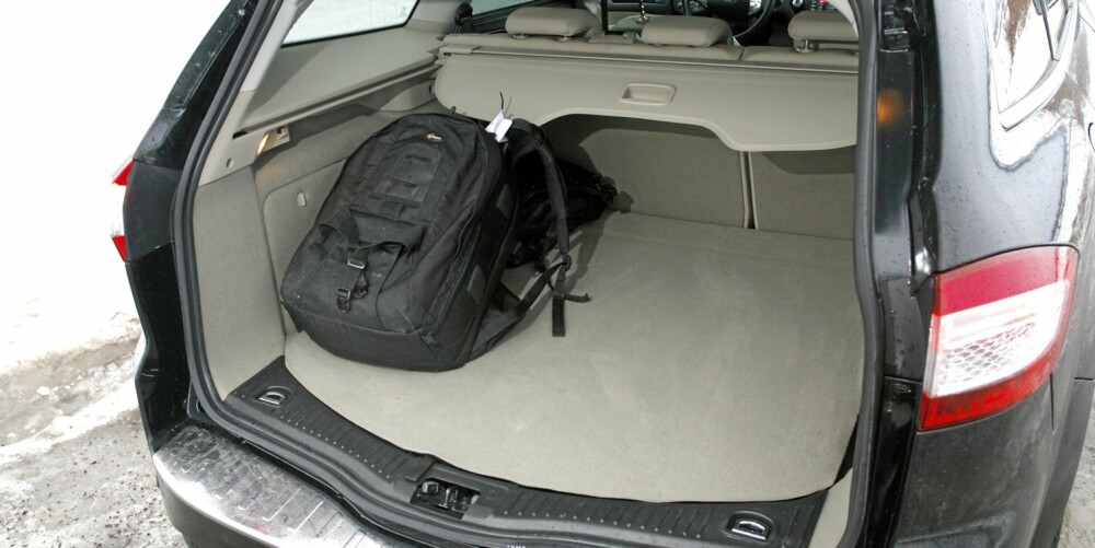 LANGT: Ford Mondeo er en lang bil. Det viser seg i bagasjerommet der det er plass til mye både i lengde og bredde.