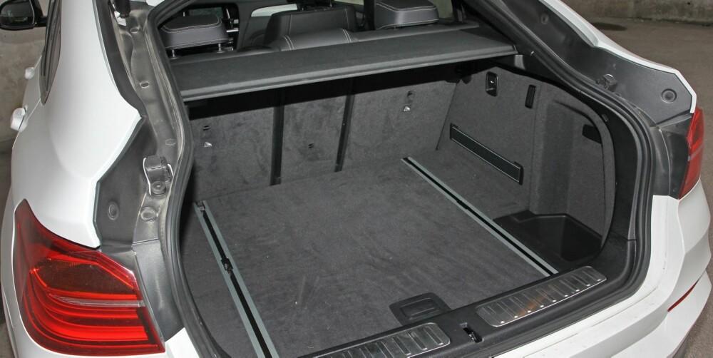 LITT MINDRE: Det oppgitte bagasjeromsvolumet er på hele 500 liter - 50 liter mindre enn i X3, som i motsetning til X4 også har plass over bagasjeromsgardinen.