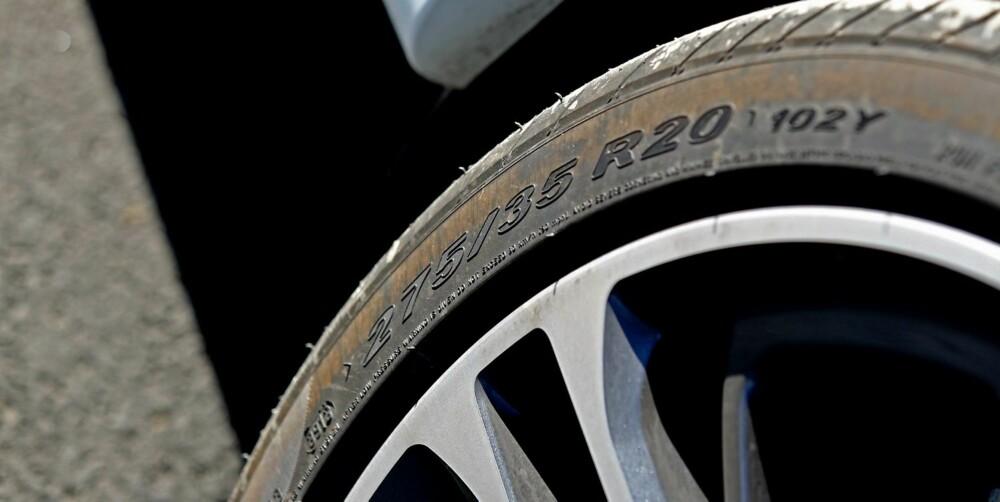 FEIL HJUL: For store hjul med lavprofildekk ødelegger mye for fjæringskomforten som bor i bilen. Mindr felg og mer gummi, er vår anbefaling.