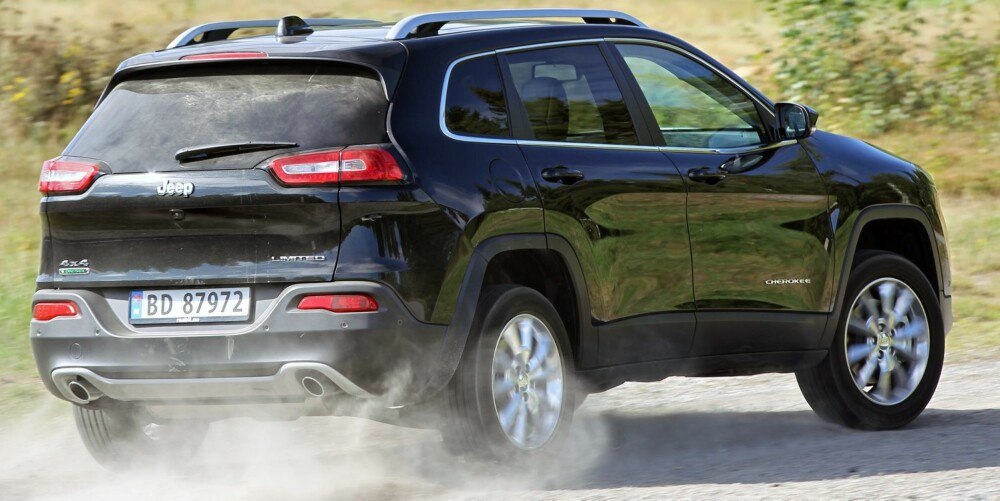 MED STØVLENE PÅ: Jeep Cherokee liker seg godt når den får grusvei under hjulene.