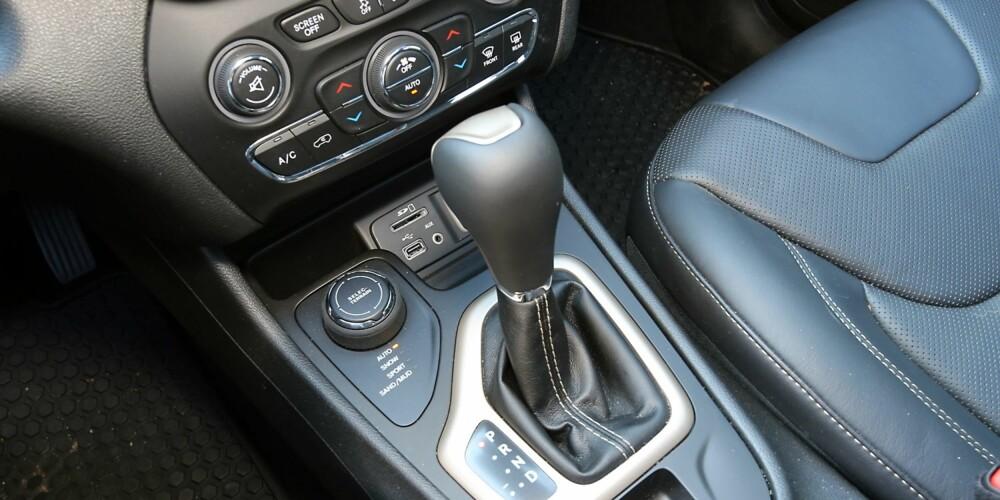 KNAPP FOR 4WD: Rett foran girspaken til nitrinns automatgir, ligger velgerknappen for 4WD-systemet.