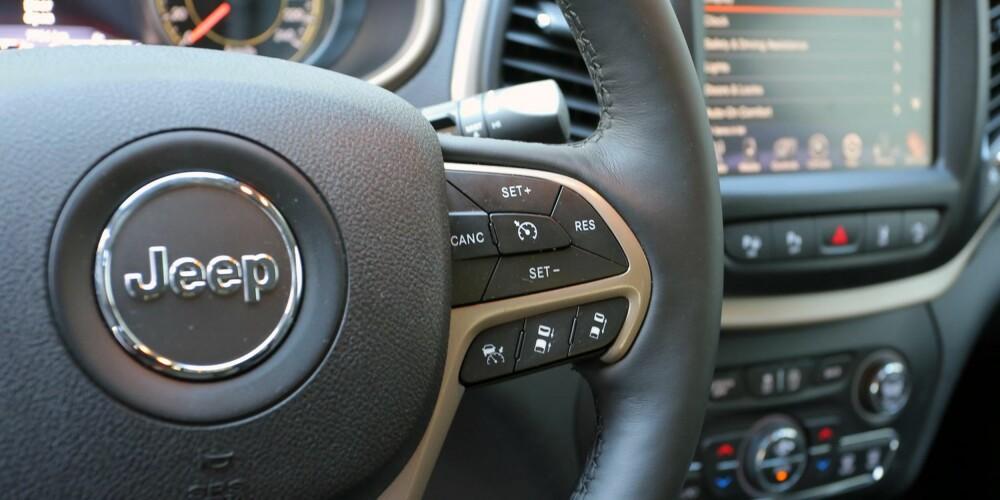 KONTROLL: Knappene for adaptiv cruisekontroll er lett tilgjengelig på rattet.