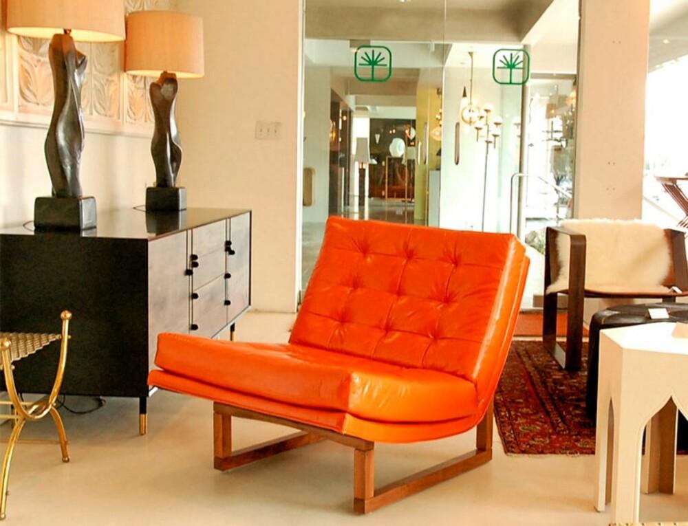 RETRO: Lawson-Fenning kan også by på oransje skinnstoler fra 60-tallet, designet av Mo Baughman.