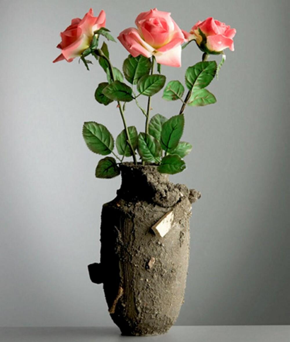 RØFT: Maxim Velcovsky har laget en unik kolleksjon for Mint, deriblant vasen «Catastrophe». Det rå uttrykket passer perfekt som kontrast til sarte blomster.