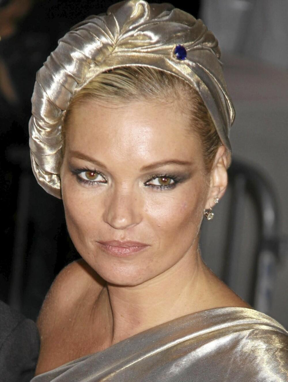 GLOSSY: Skinnende øyeskygge er en sikker vinner denne sesongen. Her er Kate Moss glossy fra topp til tå.