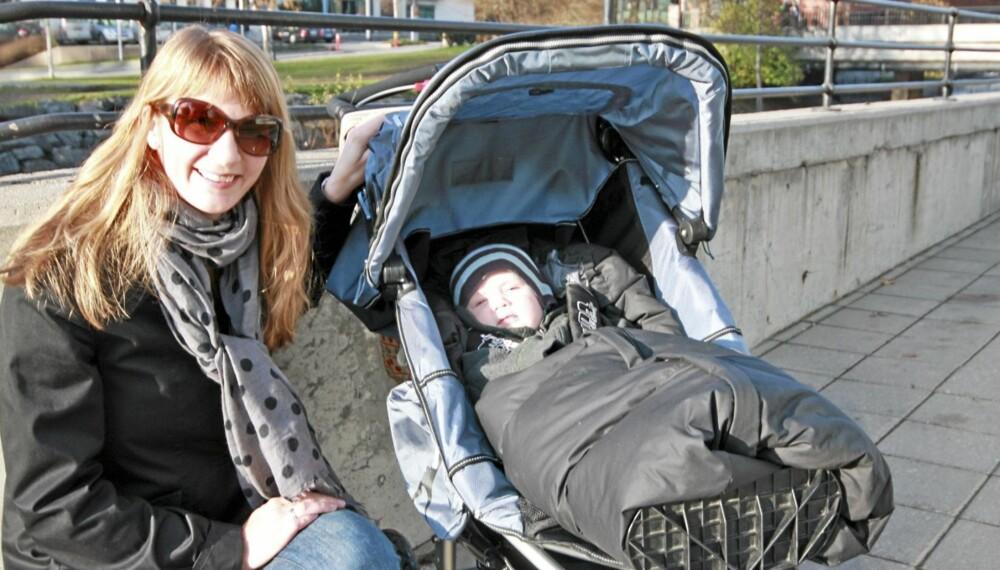 POPULÆR VOGN: Hanne Myhr Markussen og sønnen Erik (6 måneder) er godt fornøyd med sin TFK Joggster Twist. - Jeg shopper mye på nett, men synes det er veldig greit å kjøpe vogn hos forhandler. Hvis noe er feil, er det kort vei til butikken, sier Hanne Markussen Myhr.