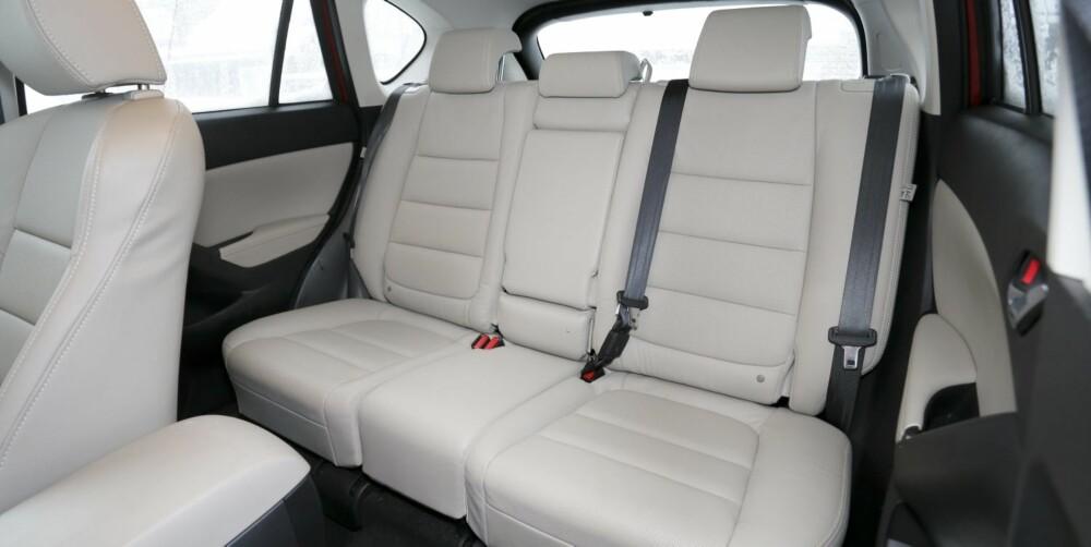 PRAKTISK: Til å være SUV, har Mazda CX-5 meget gode plassforhold. Lyst skinn er kanskje ikke for alle, men er en av svært få opsjoner på den velutstyrte Optimum-modellen.