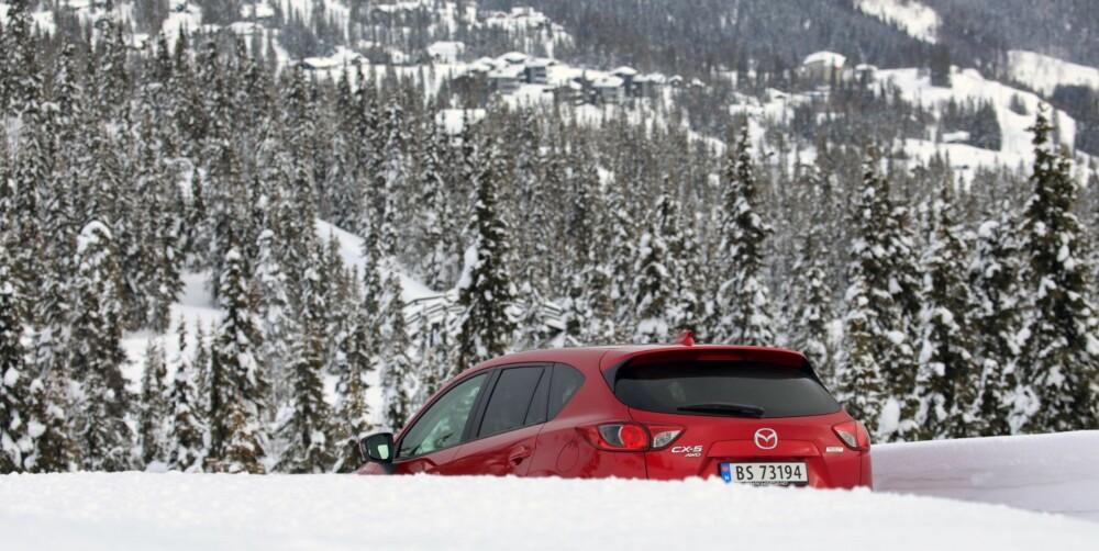 OPP OG UT: Mazda CX-5 er en fin vinterbil, og trives på snøføre.