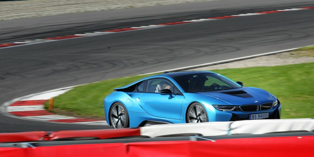 SVÆRT POTENT: i8 ser ut som en supersportsbil og går som en supersportsbil, men egner seg ikke like godt til banekjøring som biler som Audi R8 og Porsche 911.
