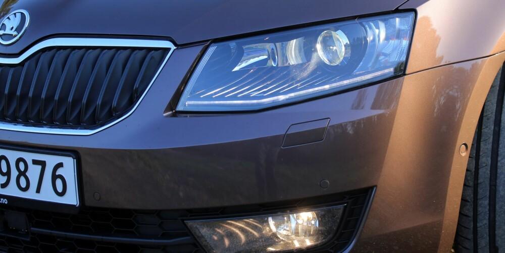 FUNGERER BRA: Bi-Xenon lys med AFS (automatisk frontlyssystem) og hjørnetåkelys er standard på Elegance-modellen.