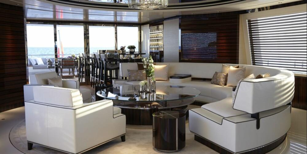 HOVED-LOUNGE: Alle yachter med respekt for seg selv må ha en lounge. Slik har de løst saken her. FOTO: Feadship