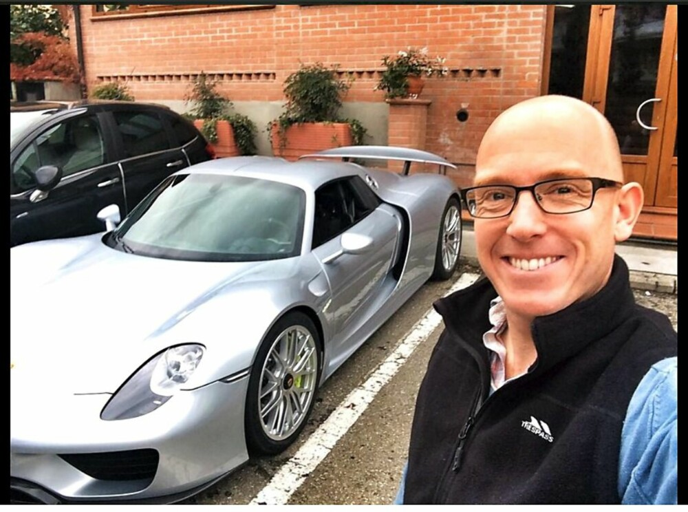 SELFIE: Porsche 918 Spyder og Ollie Marriage.