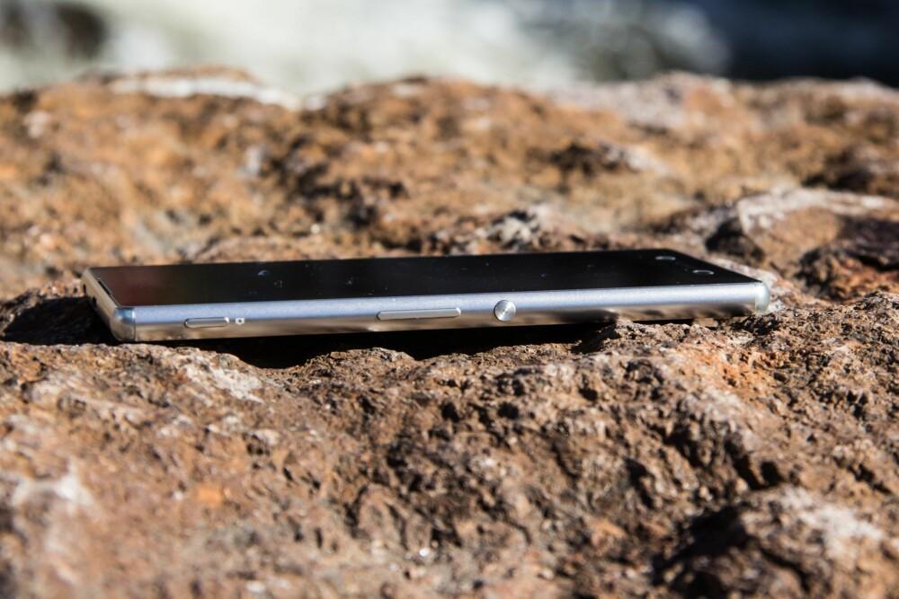 AVRUNDET: Sony Xperia Z3+ har fått en litt mer avrundet form og overflaten er blitt mer glossy.