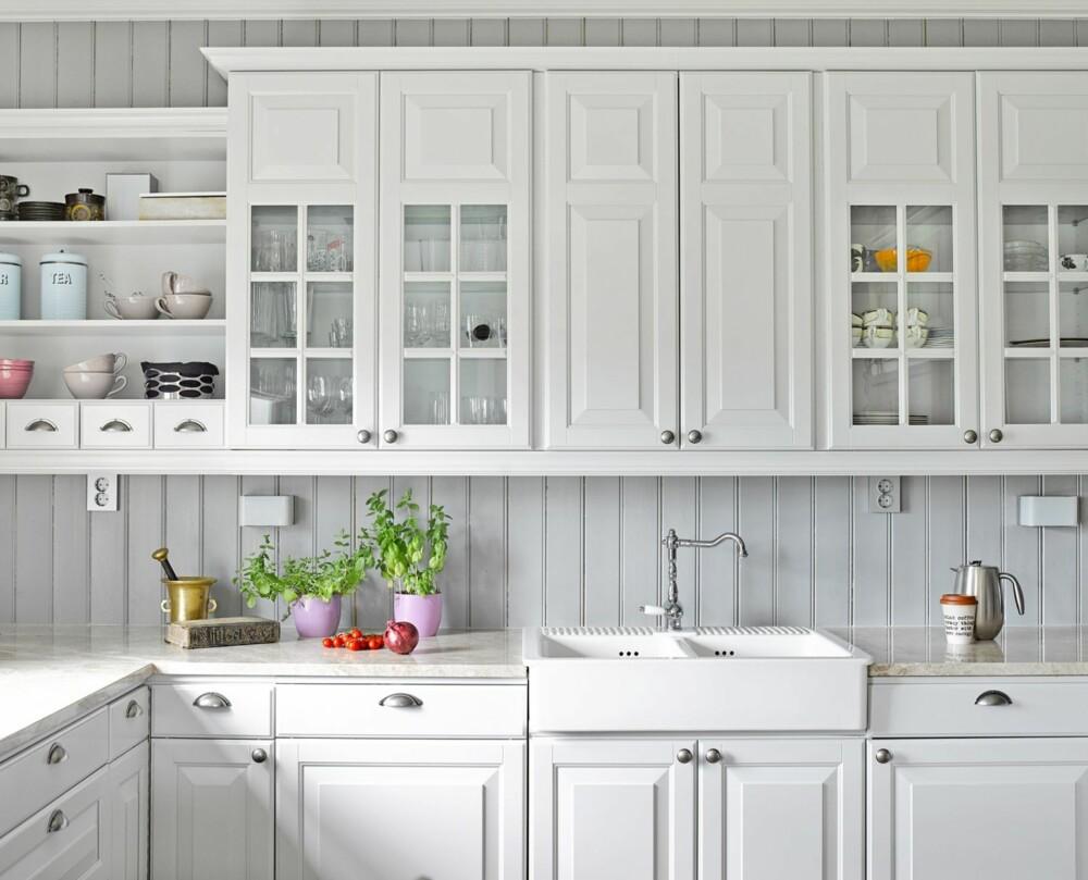 STRAM ROMANTIKK:  Innredningen er diskret og myk, men samtidig enkel og stilren. Det perfekte kompromiss for Rolén og Figved. Innredning og vask fra Drømmekjøkken.