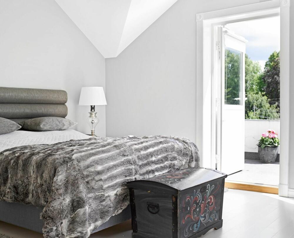 SUS OG DUS: Soverommets rolige nyanser gir en dus ramme rundt nattesøvnen, med utgang direkte til balkongen i andre etasje. Gavl, puter og nattbord er fra Jensen Majestic.