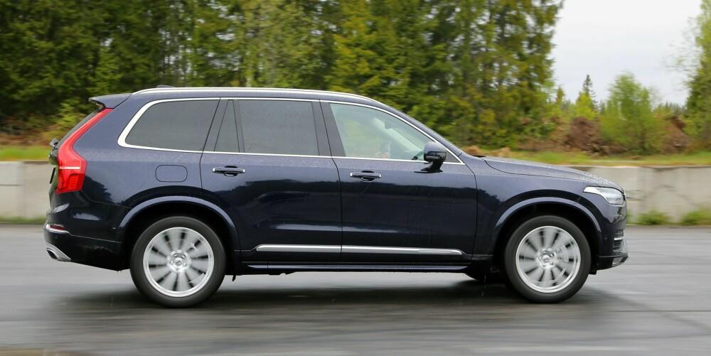 KONSERVATIV: Mens bildene Volvo slapp av konseptutgaven av XC90 visste en SUV med nærmest dristige linjer, er produksjonsutgaven blitt temmelig konservativ. Vi synes utseende passer godt til egenskapene: Her er det ordning och reda.