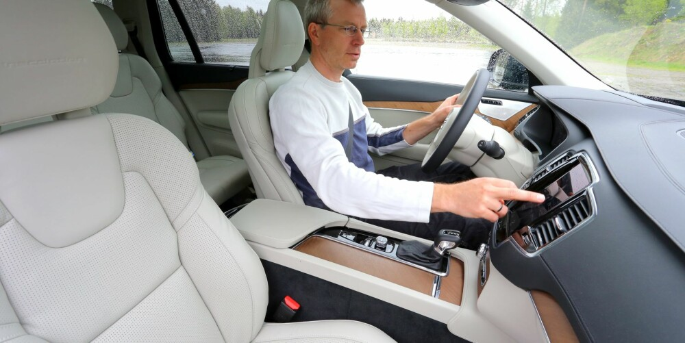 ARMSLAG: Det er god plass på i ale seter i Volvo XC90. Fra førersetet har man god oversikt og bra kontroll med hvor bilens hjørner er. Et mylder av elektroniske hjelpere kan assistere sjåføren der det er trangt, så sant du koster på bilen litt ekstra.