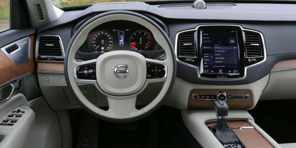 RYDDIG: Volvo har fjernet knappemylderet som har preget dashbordet i andre biler fra merket. I stedet har en stor skjerm - den fungere slik som et nettbrett - tatt over veldig mange betjeningsfunksjoner. Det er lett å finne fram på skjermen.