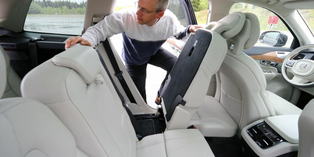 GOD PLASS: Volvo XC90 har bedre seter og mye bedre plass enn konkurrenten BMW X5 i både andre og tredje seterad. Det er enkelt å reise opp eller slå sammen setene.