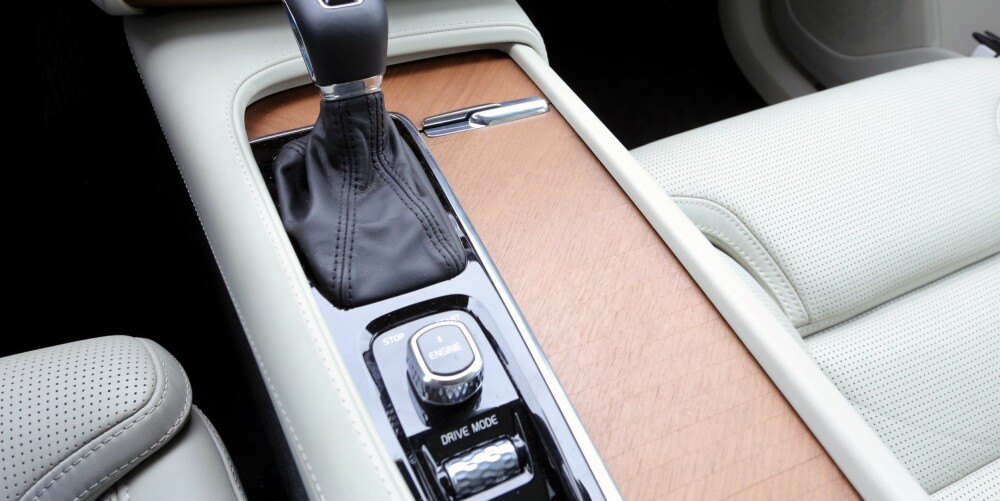 PYNT: Volvo XC90 startes med en bryter mellom forsetene. Rullehjulet for kjøremodusvalg er pent og glitrende, men glatt.