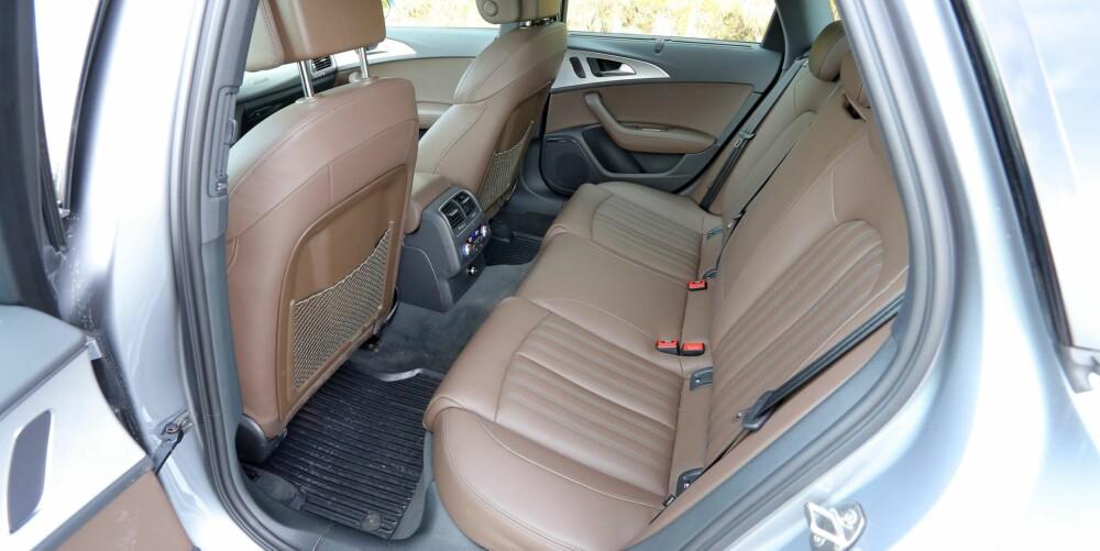 PLASS NOK: Audi A6 Allroad vinner ingen premier for best mulig plassutnyttelse - produsenter av såkalte premiumbiler tar seg ofte slike friheter. Men størrelsen i seg selv betyr at den er rommelig nok, selv om midtplassen i baksetet ikke er noe å trakte etter.