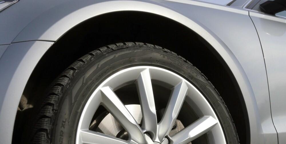 HØYT HEVET: Audi oppgir maksimal bakkeklaring for A6 Allroad til 21 cm. Her er luftfjæringen i offroadposisjon. Velger man dynamisk modus i stedet, ligger karosseriet tett på dekkene.