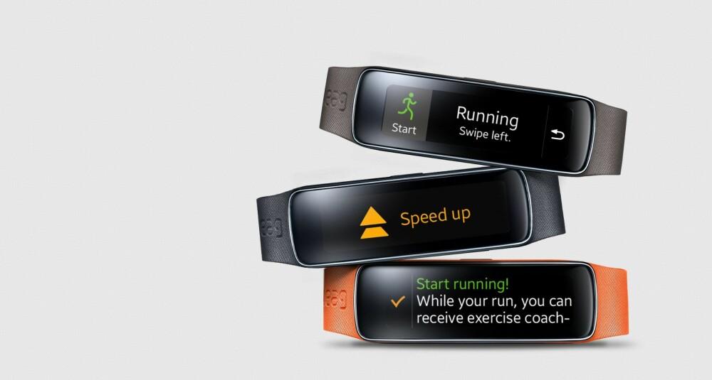 GEAR FIT: Samsungs smartklokke/aktivitetsarmbånd har falt mye i pris og kan være et godt kjøp om du aksepterer at produktet trolig er på vei ut av markedet. Kommer det en Gear Fit 2 snart?