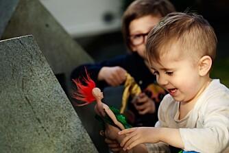 LEK: - Jeg merket raskt  forskjell på hvordan barna mine leker med dem sammenlignet med mange andre dukker og figurer, bemerker Taube.