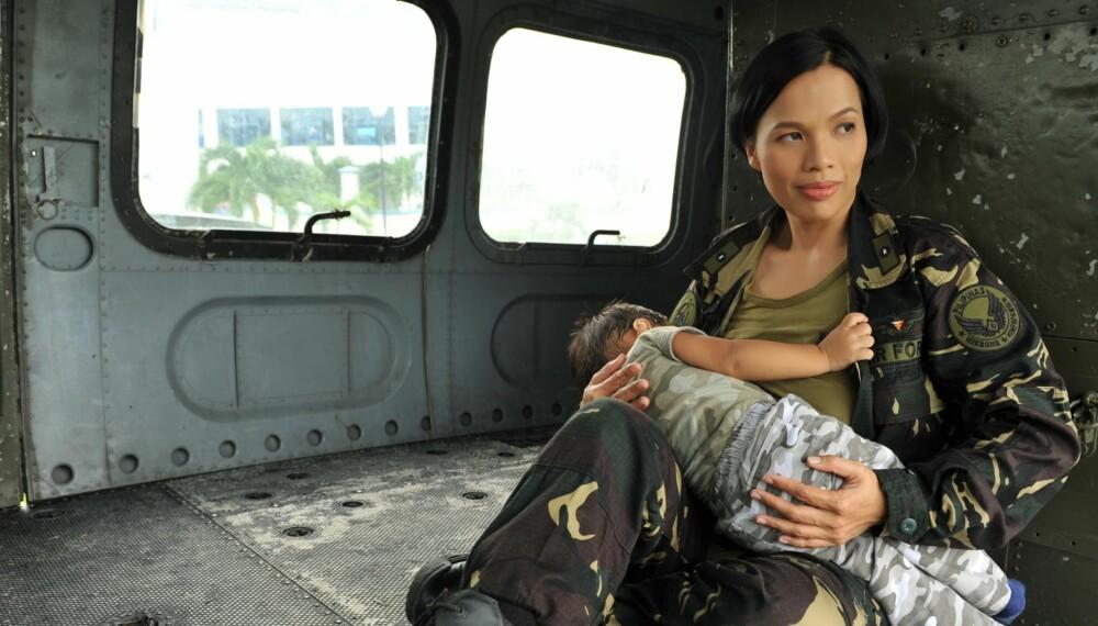 FORBILDE: Oberstløytnant Maria Sharon Maonjardin-Suico fikk lov til å ta med sønnen og amme ham på kasernene.