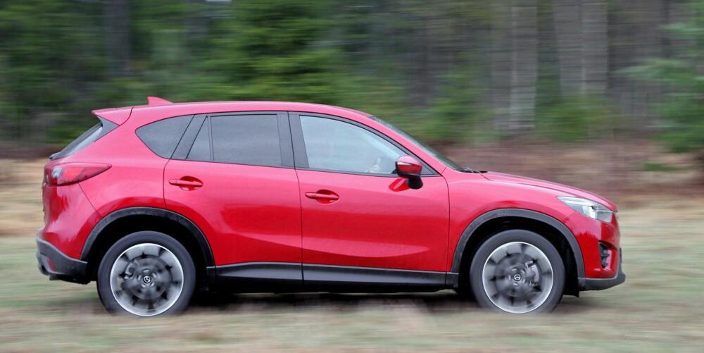 SMÅ ENDRINGER: Fra siden skal det godt gjøres å skille Mazda CX-5 før og etter facelift.