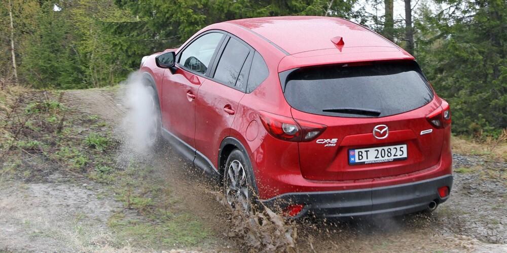 KLATRER: Noen terrengbil er Mazda CX-5 AWD 2,5 ikke, men den tar seg godt frem på røffe veier.