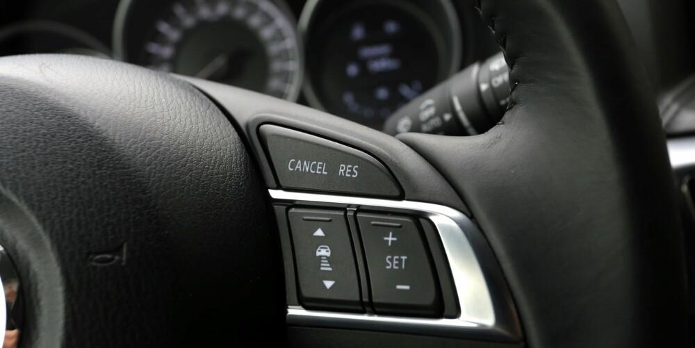 AUTOPILOT: Med knappene på rattet styrer du en av de beste adaptive cruisekontrollene i denne bilklassen.