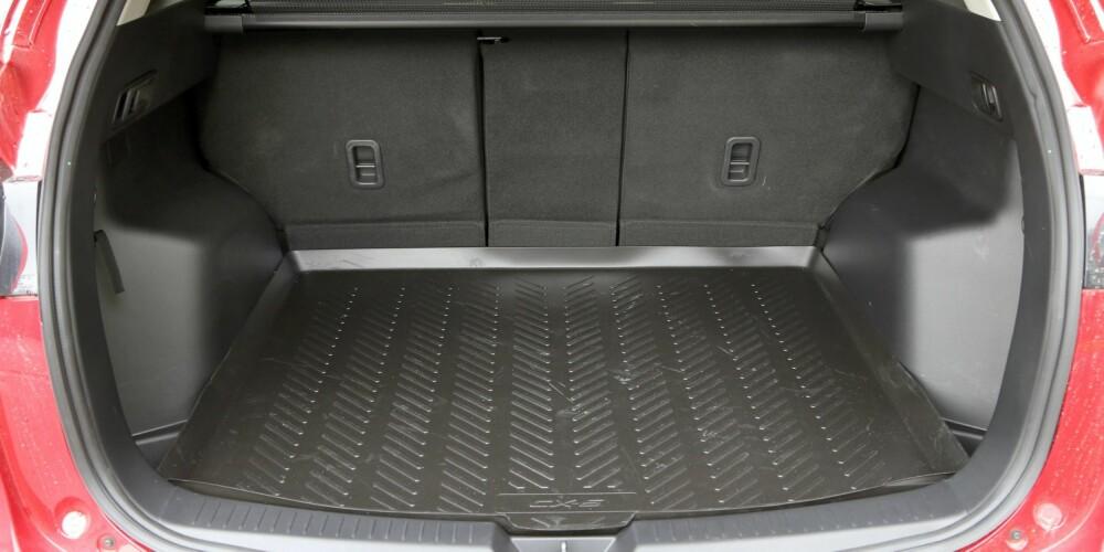 SMÅTT: Med snaut 300 liter, er bagasjerommet på Mazda CX-3 med firehjulstrekk på småbilnivå.