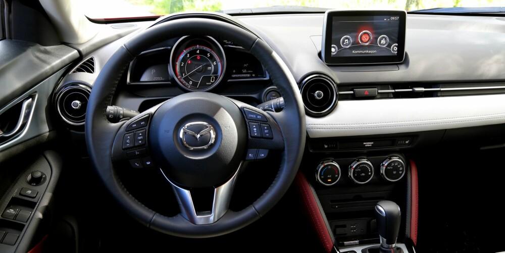 LETTKJØRT: Fin instrumentering, enkel betjening og god oversikt. Sammen med mye bra aktivt sikkerhetsutstyr gjør det Mazda CX-3 til en hyggelig bil å kjøre.