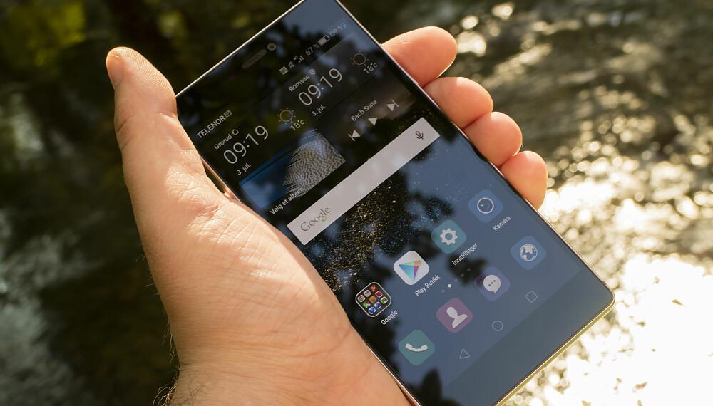 LYSSTERK: Huawei Ascend P8 har en 5,2 tommer skjerm som greier seg helt fint ute en sommerdag.