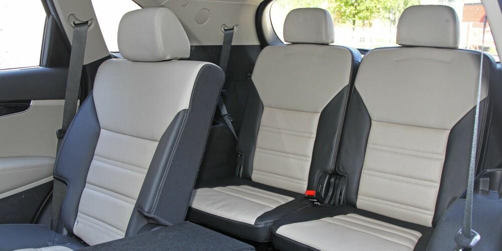 TIL SJU: En tredje seterad vippes enkelt opp fra gulvet i bagasjerommet. Benplassen er begrenset, men setene er gode. Som femseter har Sorento oppgitt bagasjeromsvolum på solide 605 liter.