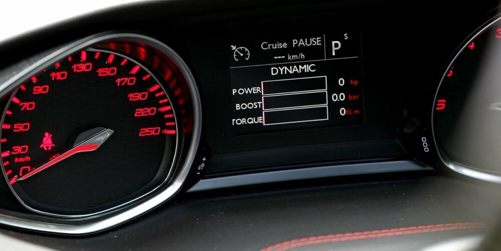 SPORTSKNAPP: DSP (Driver Sport Pack) aktiveres ved et knappetrykk i midtkonsollen. Da blir målerne røde, styringen strammes opp, motorresponsen blir bedre og du får mer motorlyd.