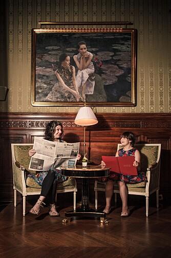 MED DEN ENE DATTEREN: Caitlin Moran og datteren Eavie i foajeen på Shangri-La hotel i Paris, 2013.