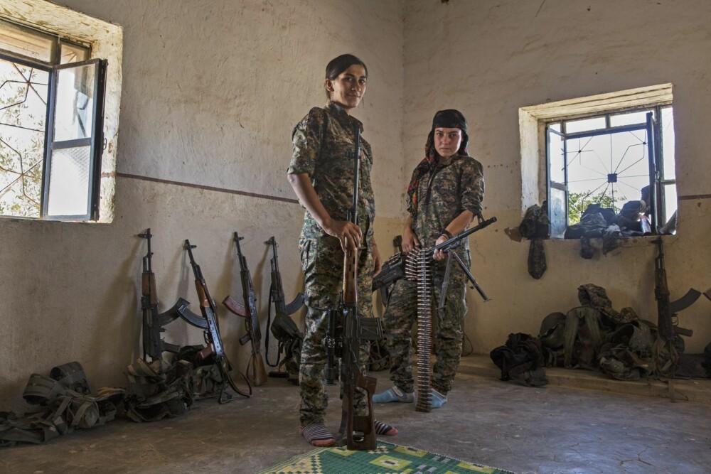 KLARE TIL KAMP: Disse kvinnene er sannsynligvis to av verdens mest erfarne kvinnelige frontlinje-soldater.