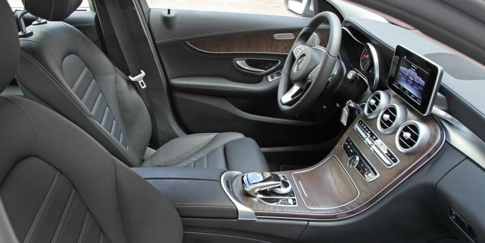 HØYT NIVÅ: Setene er gode, ergonomien helt i toppklasse, materialene holder høyt nivå og kvalitetsfølelsen god. Det er med andre ord lett å trives bak rattet i C-klasse, men det er godt med hjulstøy i kupeen.