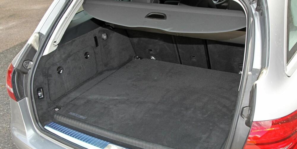 LITT MINDRE: Batteripakken bygger noen få centimeter i høyden og hever gulvet i bagasjerommet. Oppgitt bagasjeromsvolum er 40 liter mindre enn i vanlige C-klasse, 450 liter.