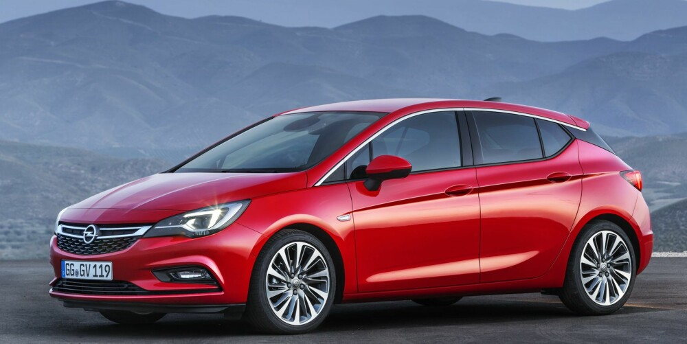 SKARPERE: Linjene i sidene til den nye Astraen er mye skarpere enn de snille og konservative trekkene til den utgående generasjonen. Frontruta er flat og strekker seg langt framover. FOTO: Opel
